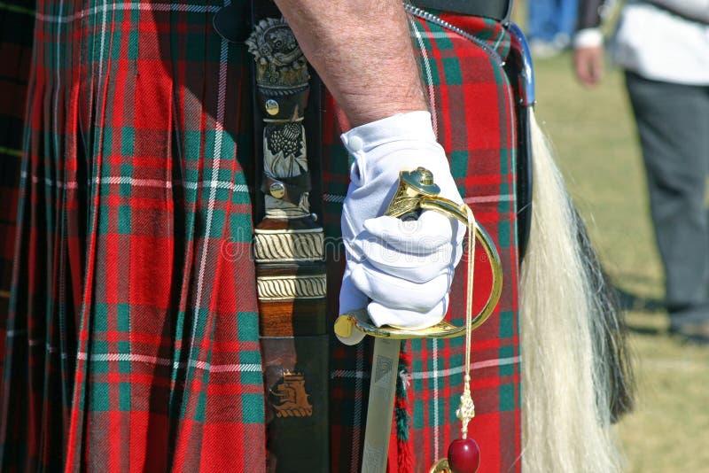 Falda escocesa y espada 1 fotografía de archivo libre de regalías