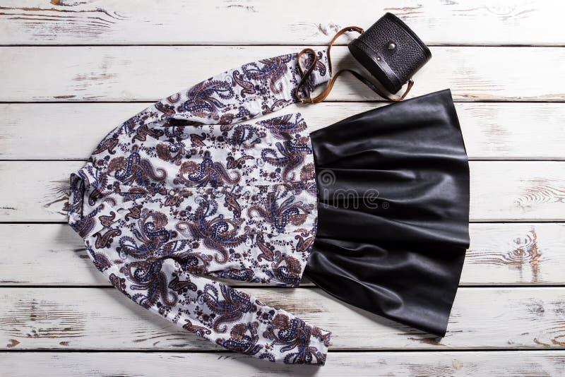 Falda negra con la camisa floral fotos de archivo