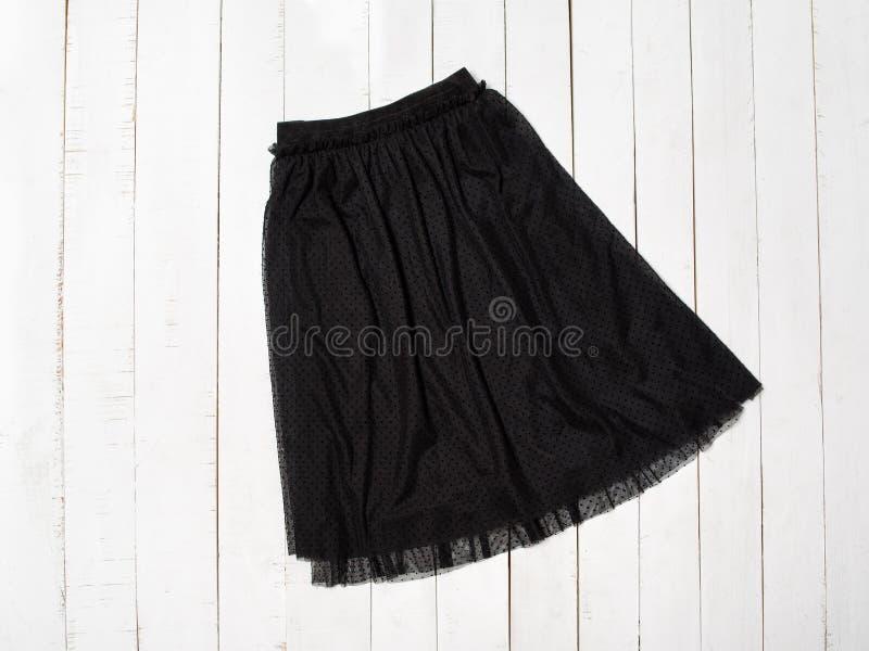 Falda negra de Tulle en el fondo de madera blanco Visi?n superior fotos de archivo libres de regalías