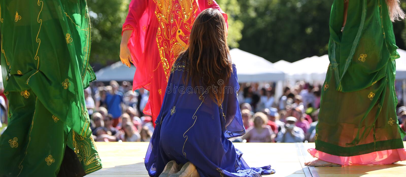 Faldas coloridas de bailarines durante el funcionamiento del vientre d imagen de archivo libre de regalías