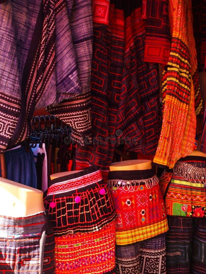 Faldas coloridas de la tela de la tribu de la colina en Chiang Mai, Tailandia foto de archivo libre de regalías