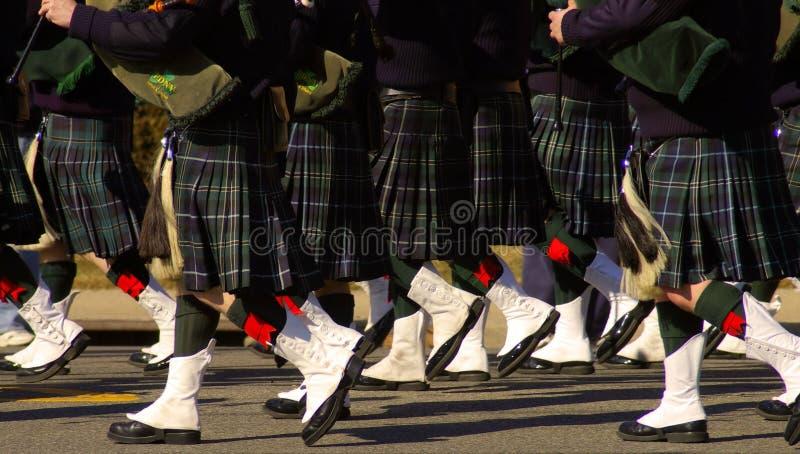 Faldas escocesas de los gaiteros foto de archivo
