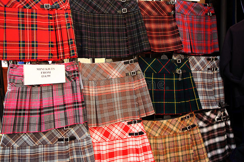 Faldas escocesas escocesas en la exhibición fuera de la tienda foto de archivo libre de regalías