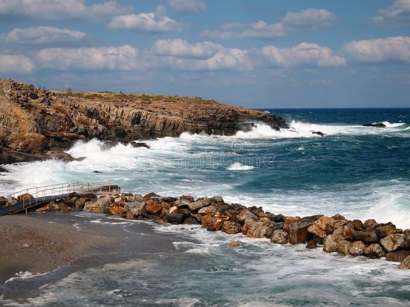 Fale łama na brzegowym morzu, fale, piana w Greckim kurorcie obraz royalty free