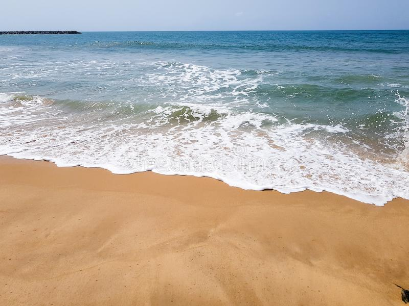 Fale łama z bielem pienią się na piaskowatej plaży Piękny nabrzeże widok Atlantycki ocean zdjęcia royalty free