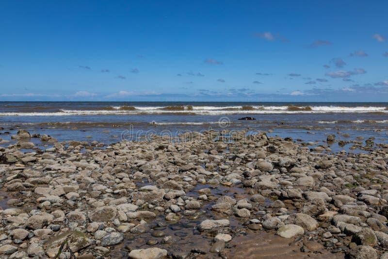 Fale i skały na plaży przy Llandudno Północny Walia Maj 2019 obraz stock