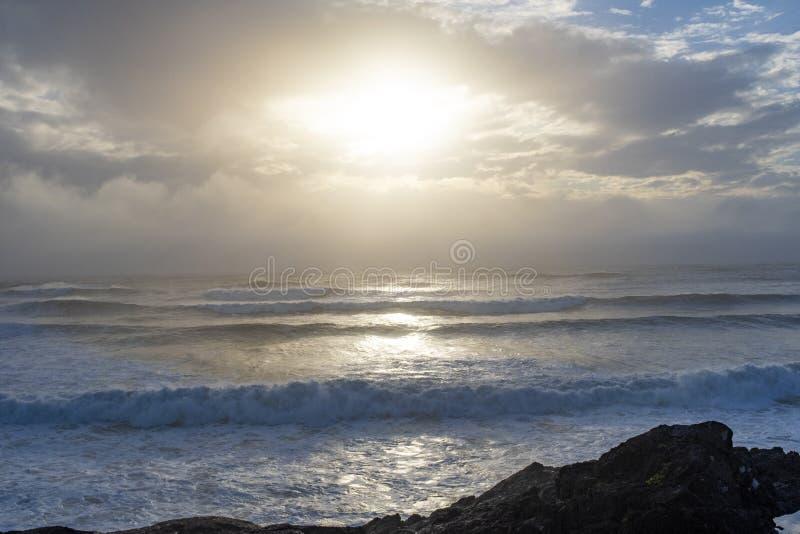 Fale myją na ląd na Cox zatoce w Tofino, BC obraz royalty free
