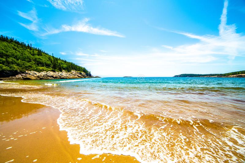 Fale na piasek plaży, Acadia park narodowy, Maine, usa zdjęcia royalty free
