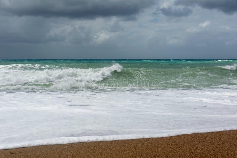 Fale Na piasek pla?y morze egejskie w Rhodes zdjęcie stock