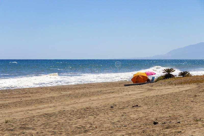 Fale na piaskowatym Costa Del Zol wyrzucać na brzeg obrazy stock