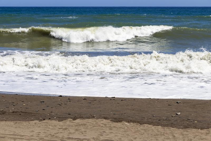 Fale na piaskowatym Costa Del Zol wyrzucać na brzeg obraz royalty free