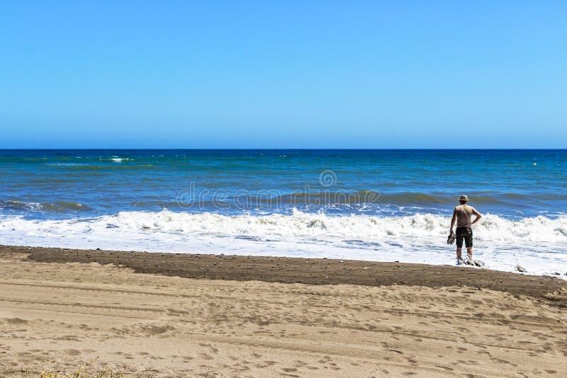Fale na piaskowatym Costa Del Zol wyrzucać na brzeg zdjęcie royalty free