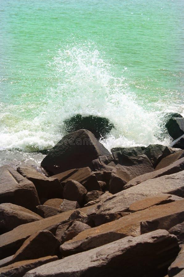 Fale na skałach w plaży zdjęcie stock