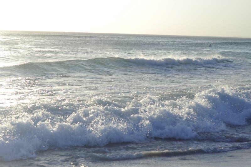 fale oceanu się fala pierwszoplanowe obraz stock
