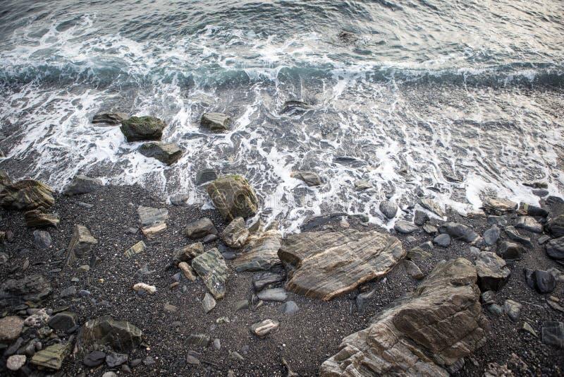 Fale owija na plaży obrazy royalty free