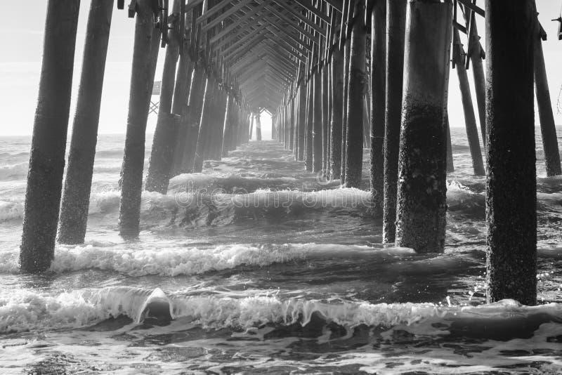 Fale pod molem w głupoty plaży, Południowa Karolina fotografia stock