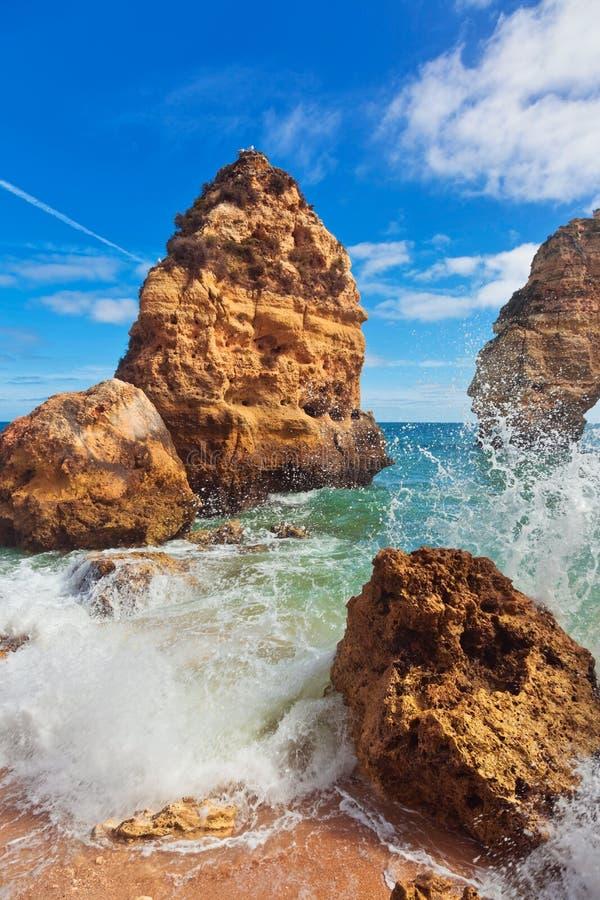 Fale przy sławną plażą Praia da Marinha obraz royalty free