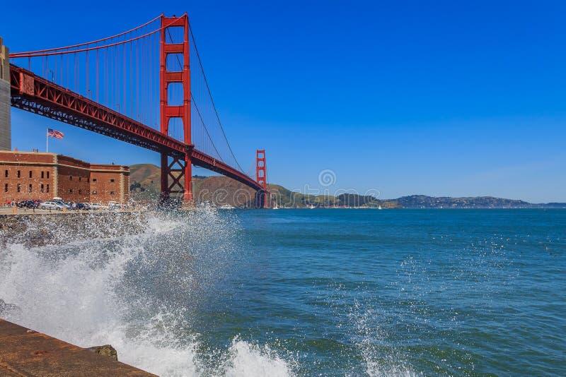 Fale rozbija ikonowym Golden Gate Bridge w San Francisco fotografia stock