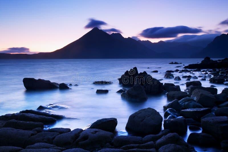 Fale rozbija na linii brzegowej z markotnym dramatycznym niebem przy Elgol na wyspie Skye, Szkocja, UK fotografia stock
