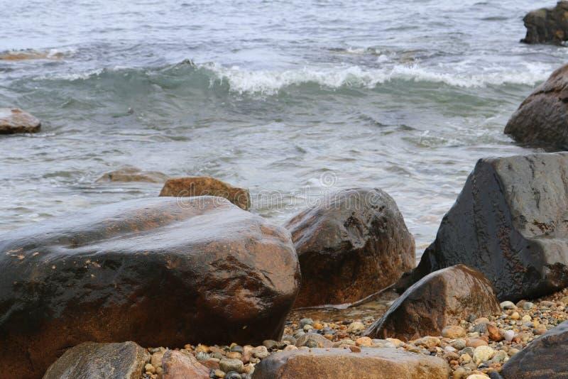 Fale rozbija na skały Montauk punkcie Nowy Jork fotografia stock
