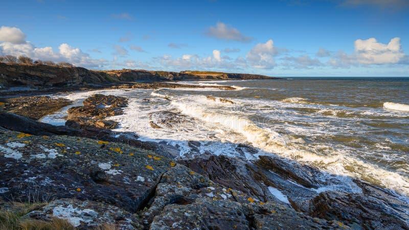 Fale rozbijają się na skalistym wybrzeżu Howicka fotografia royalty free