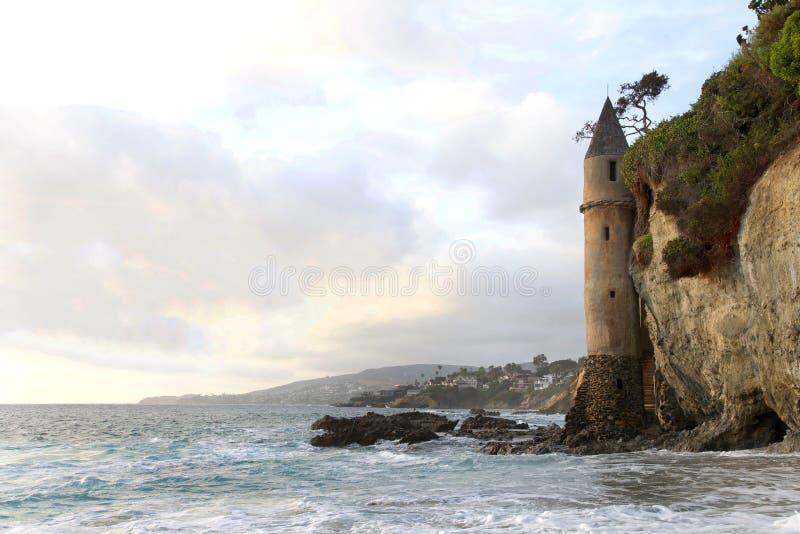 Fale rozbijające się o skały u podstawy La Tour Wieża na plaży Laguna, Ca obraz stock