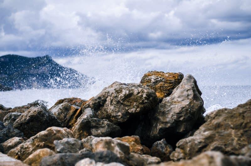 Fale uderzające w skały w porcie valldemossa, majorca, wyspy balearów, hiszpania obrazy royalty free
