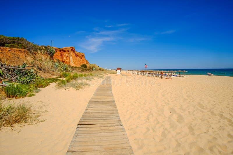 FALESIA, ALGARVE, PORTUGAL - EL AMI 25, 2019: Opinión sobre el Praia DA Rocha Baixinha Nascente de la playa imagen de archivo