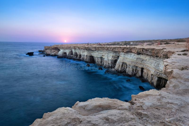 Faleza z morzem zawala się na przylądku Greco, Ayia Napa, Cypr zdjęcie stock