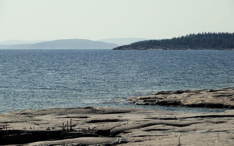 Falezy i góry w morzu, wysoki wybrzeże Szwecja zdjęcie stock