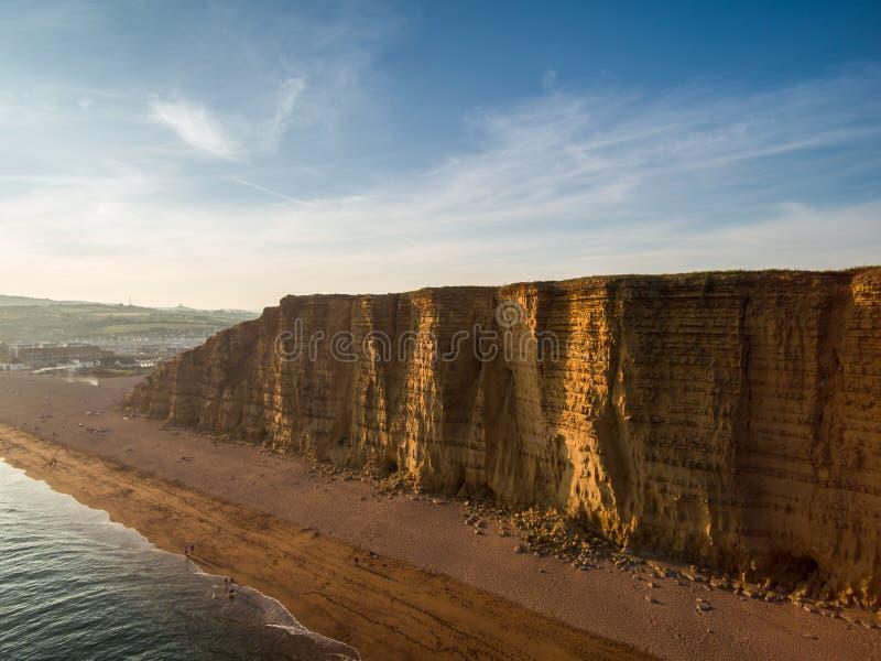 Falezy i plaża przy zachód zatoką, Dorset fotografia stock