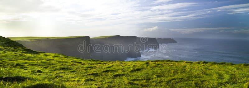 Falezy Moher Burren, zielona trawa, morming, okręg administracyjny Clare, Irlandia zdjęcie stock