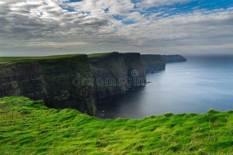 Falezy Moher, Irlandia z chmurami obraz stock