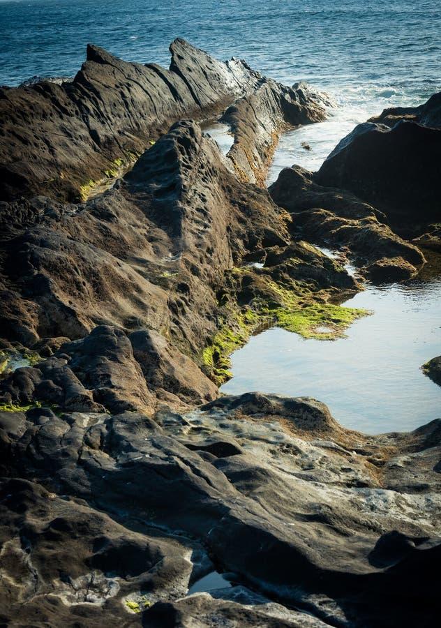 Download Falezy na wybrzeżu zdjęcie stock. Obraz złożonej z faleza - 53791984