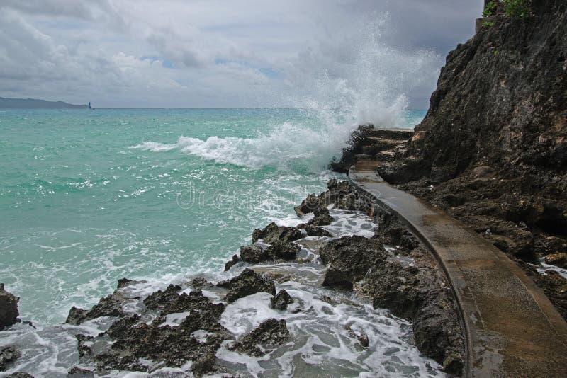 Falezy strony chodząca ścieżka między Diniwid plażą i bielem wyrzucać na brzeg z szorstką fala przy Boracay wyspą fotografia stock