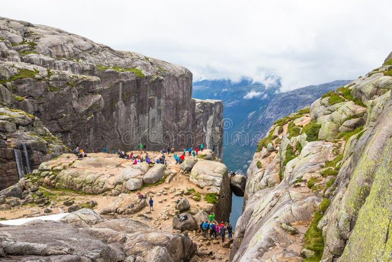Falezy w Majestatycznym obwieszenie kamieniu, Kjerag, Norwegia zdjęcie stock