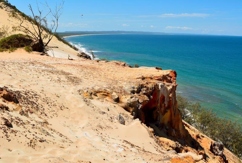 Falezy wiesza nad tęczą Wyrzucać na brzeg w Queensland zdjęcie royalty free