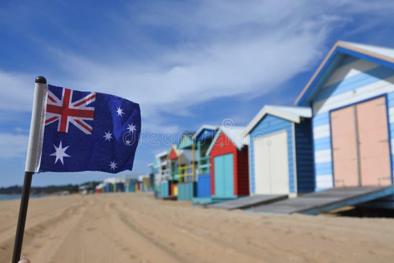 Falg av det Australien flyget bredvid de Iconic bada askarna av den Mornington halvön Victoria Australia royaltyfria foton