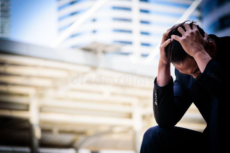 Falha triste e frustrante da sensação asiática do homem de negócios da virada na vida fotos de stock