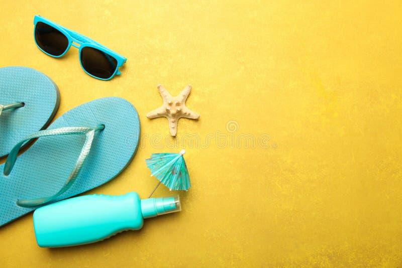 Falhanços de aleta azuis da praia, proteção solar e óculos de sol imagem de stock