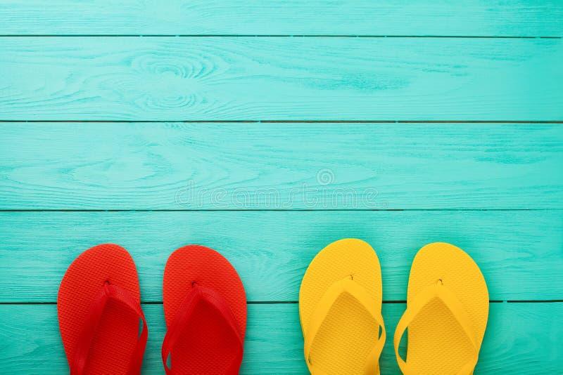 Falhanços de aleta no fundo de madeira azul com espaço da cópia Acessórios da praia Vista superior Zombaria acima O verão calça s imagem de stock