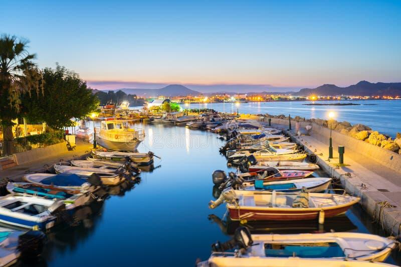 Faliraki hamn på natten Rhodes fotografering för bildbyråer