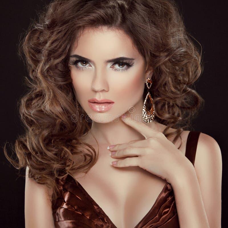Falisty włosy. Piękno portret piękna brunetki kobieta z długim obraz stock