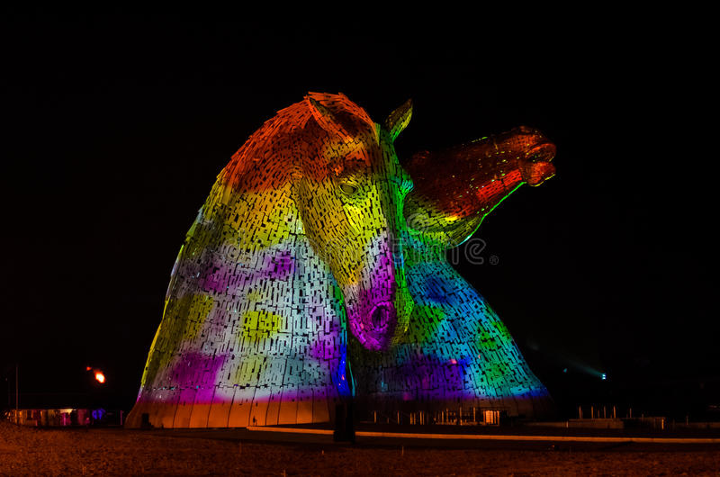 FALKIRK, SCHOTLAND - 18 APRIL 2014 is Kelpies verlicht als deel van de lanceringsgebeurtenis royalty-vrije stock afbeeldingen