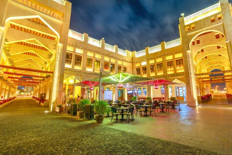 FalkSouq Doha natt royaltyfria bilder