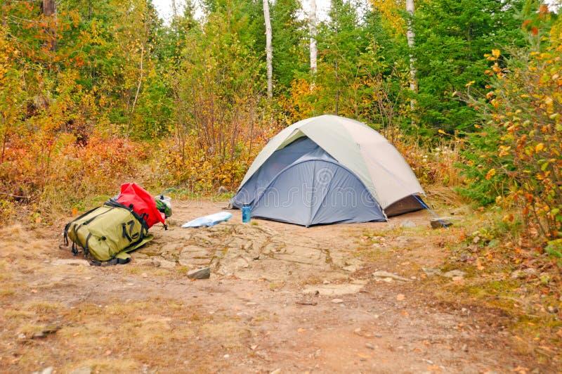 Fall-Campingplatz in den wilds stockfoto