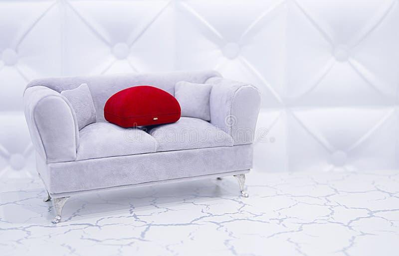 Fall för smycken för en ferie, bröllop, koppling på en dekorativ soffa, en gåva till bruden, kvinnan arkivfoto