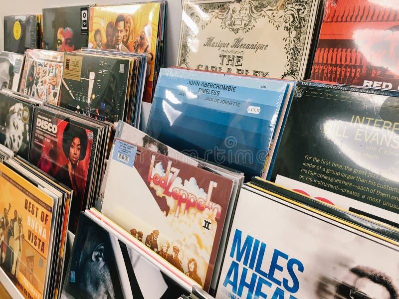 Fall för vinylrekord av berömd musik sätter band till salu i Music Store royaltyfri fotografi