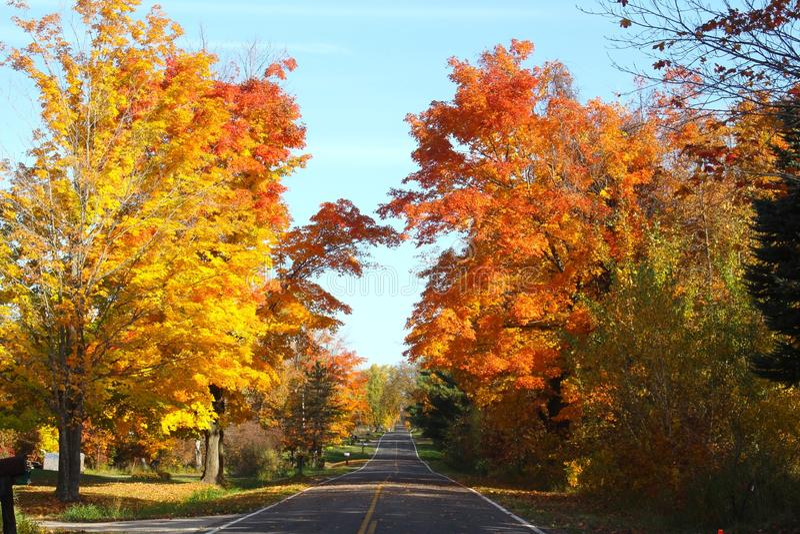 Fall-Land-Straße in Michigan lizenzfreie stockfotografie