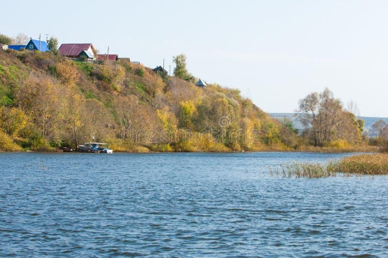 Fall River Uppvaktar färgrik lövverk för hösten över sjön med härligt arkivfoto